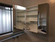 サイド壁面用収納キャビネット<br /> 正面に窓がある時に、おススメです。キャビネットを開けると、中には鏡がついています