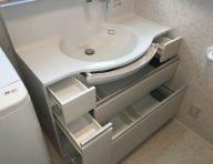 洗面化粧台<br /> サイズの異なる引き出しに、小物から大きな物まで効率よく収納できます