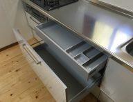 キャビネット(中央)<br /> キャビネット内部の空間を有効に活用するため、キッチン小物の収納に適した内引き出しがあります。