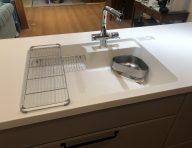 ワークトップとシンクが一体で、汚れがたまりにくく、お手入れがしやすい形状です。<br /> 蛇口は浄水器兼用タイプのため、浄水をシャワーで使用することもできるので、飲料用や調理用水だけではなく、野菜洗いにも便利です。